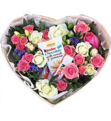 Букет из белых и розовых роз с Kinder Chocolate в коробочке в форме сердечка  « Моей сладкой »