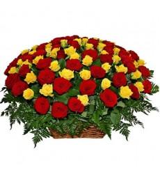 Корзина цветов со 115 розами и папоротниками «Настоящая страсть»