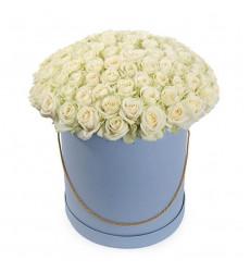 Букет из 65 роз белого цвета в коробке  «Счастливая»