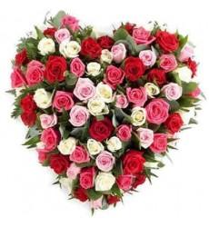 Цветочная композиция из 75 разноцветных роз «Сияющее сердце»