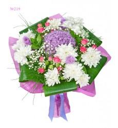 Букет из 3 кустовых роз, 3 кустовых хризантем и зелени «Эариэль»