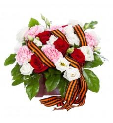 Цветочная композиция из роз, гвоздик и зелени «Музыка победы»