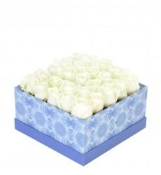 Цветы в коробке  с 25 белыми розами «Хрупкая нежность»