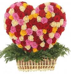 Цветочная композиция из 251 разноцветной розы и зелени «Сердце великана»