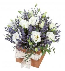 Цветы в коробке  с 3 лавандами, 4 белыми эустомами и зеленью «Провинциалка»