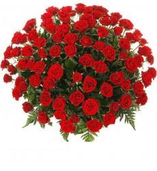 Корзина цветов с 51 розой Гран При и папоротником «Рубиновый пожар»