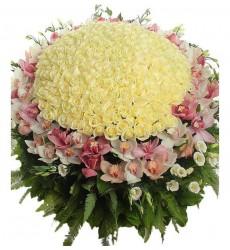 Корзина цветов с 250 розами, 20 эустомами и 60 орхидеями  «Античная эстетика»