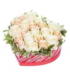 Цветы в коробке  с 10 кремовыми и 11 белыми розами  «Неуёмное сердце»