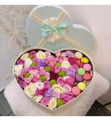 Подарочная коробка с цветами и 11 макарони «Пленённый тобой»