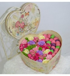 Подарочная коробка с разноцветными цветами и макарони «Сладкие мгновения»