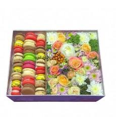 Подарочная коробка с разноцветными цветами и макарони «Сладкие ноты»