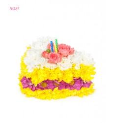 Цветочная композиция из 7 кустовых хризантем, кустовых роз и свечей «Кусочек десерта»