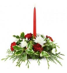 Новогодняя композиция с 5 гвоздиками, кустовыми хризантемами и свечами «Зимний бал»