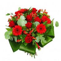 Букет из 7 красных роз Гран При и 4 гербер «Цветочная поэма»