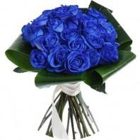 Букет невесты из 21 синей розы и зелени «Хрустальный бокал»