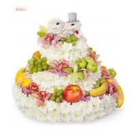 Цветочная композиция из 85 кустовых хризантем, фруктов и игрушек «Свадебный торт»