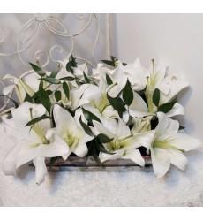 Цветы в коробке  с 5 лилиями «Изысканная нежность»