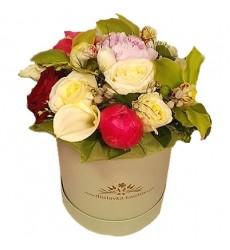 Цветы в коробке  с 6 розами, 3 пионами, 2 тюльпанами и 3 орхидеями «Зеркальный силуэт»