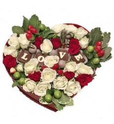 Цветы в коробке с 7 кустовыми розами и шоколадными буквами «LOVE»