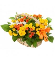Корзина цветов с 7 кустовыми розами и 3 кустовыми хризантемами «Скрипачка»