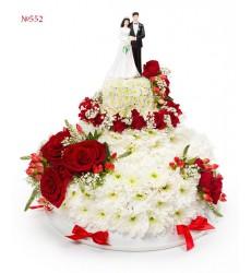 Цветочная композиция из кустовых хризантем, роз и свадебного декора «Молодожёны»