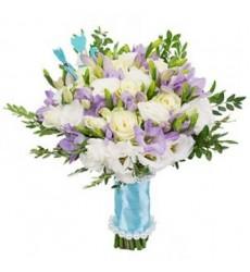 Букет невесты из 7 роз, 5 эустом и 11 фрезий «Долгожданный момент»