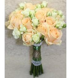 Букет невесты из 15 кремовых роз Талея и 10 кустовых белых роз «Нежность баронессы»