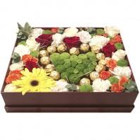 Цветы в коробке  с яркими цветами и конфетами Ferrero Rocher «Сладкий триумф»