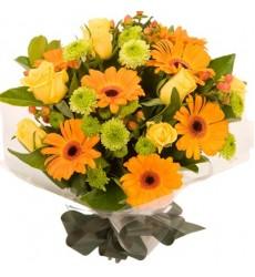 Букет из 7 роз, 7 гербер, 5 кустовых хризантем и 5 гиперикумов «Апельсиновый джем»