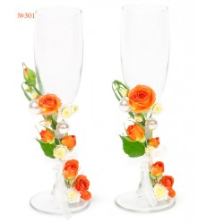 Свадебные бокалы с кустовыми розами и хризантемами «Хрустальный дуэт»