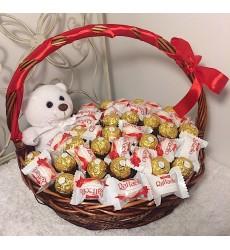 Подарочная корзина с белым мишкой, конфетами  Ferrero Rocher и Raffaello «Любовь и Шоколад»