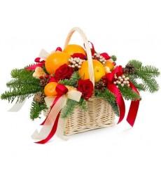 Подарочная корзина с 5 красными розами Гран При и фруктами «Сладкая жизнь»