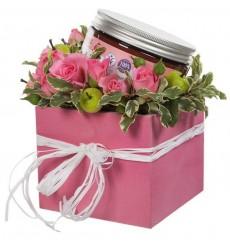 Подарочная коробка с кустовыми розами и бальзамом для тела Dr.K «Секрет красоты»