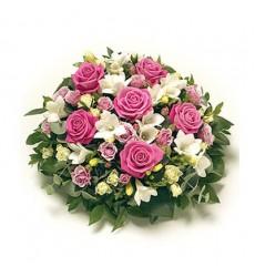 Цветочная композиция из 6 роз, 5 фрезий и 5 кустовых роз «Вирджиния»