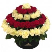 Цветы в коробке  с 101 красной и кремовой розами «Лёгкий флирт»