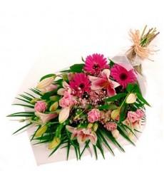 Букет из 3 лилий, 3 гербер, 3 кустовых гвоздик и 3 роз «Мой джентльмен»
