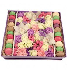 Цветы в коробке с орхидеями, розами, эустомами и 20 макарони «Незабываемый десерт»