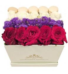 Цветы в коробке  с 10 розами, статицей и 5 макарони «Сладкий пурпур»