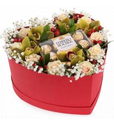 Букет из кремовых роз с Ferrero Rocher в коробочке в форме сердечка «Нежное признание »