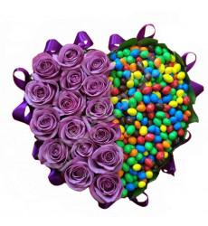 Букет из фиолетовых роз с драже M&M' в  дизайнерской коробочке в форме сердечка «Краски любви»