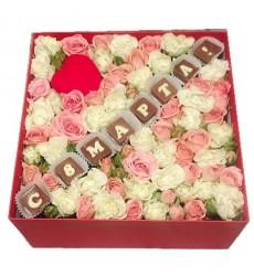 Подарочная коробка с розами и шоколадными буквами «Женский день»