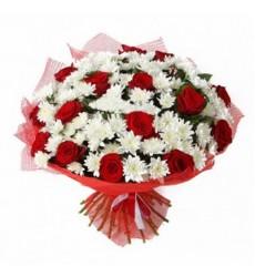 Букет из 13 хризантем и 16 роз «Весенний звон»