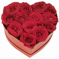 Цветы в коробке  с 13 красными розами «Преданное сердце»