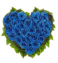 Цветочная композиция из 25 синих роз и зелени «Синее сердце»