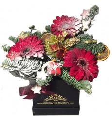 Новогодняя композиция с 3 герберами, еловыми ветками и декором «Новогодний маскарад»
