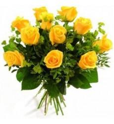 Букет из 10 жёлтых роз и зелени «Восход солнца»