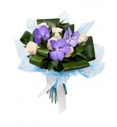 Букет из 7 роз, 3 орхидей ванда и зелени «Морозное утро»