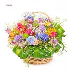 Корзина цветов с кустовыми хризантемами и альстромериями  «Летняя фазенда»