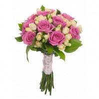 Букет невесты из 10 розовых роз и 5 белых кустовых роз «Свадьба Фигаро»