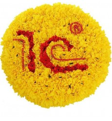 Цветочная композиция из 30 жёлтых и 5 белых кустовых хризантем «Фирменный знак «1С»»